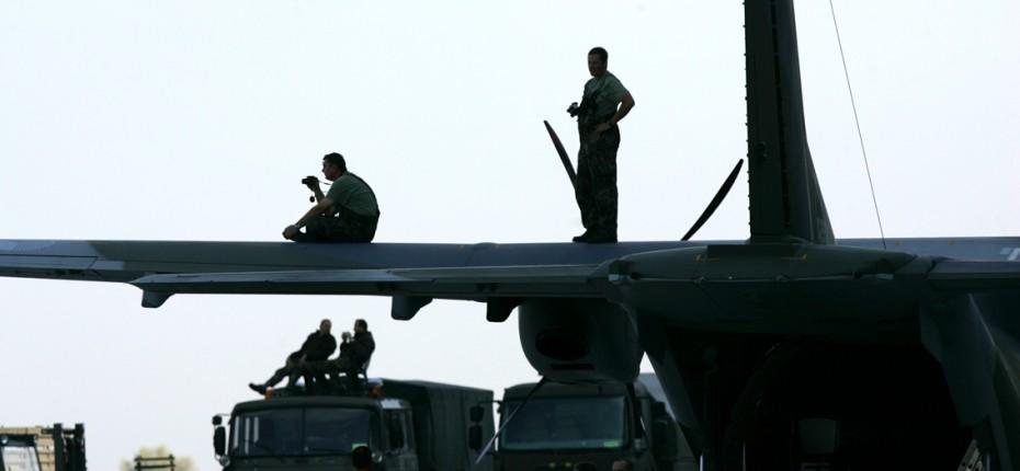 Mošnov, 26.9.2011, Letiště Leoše Janáčka, Dny MATO, odlet ůčastníků akce Dny NATO, letadlo, pilot, přistávací plocha Foto: MFDNES - Adolf Horsinka